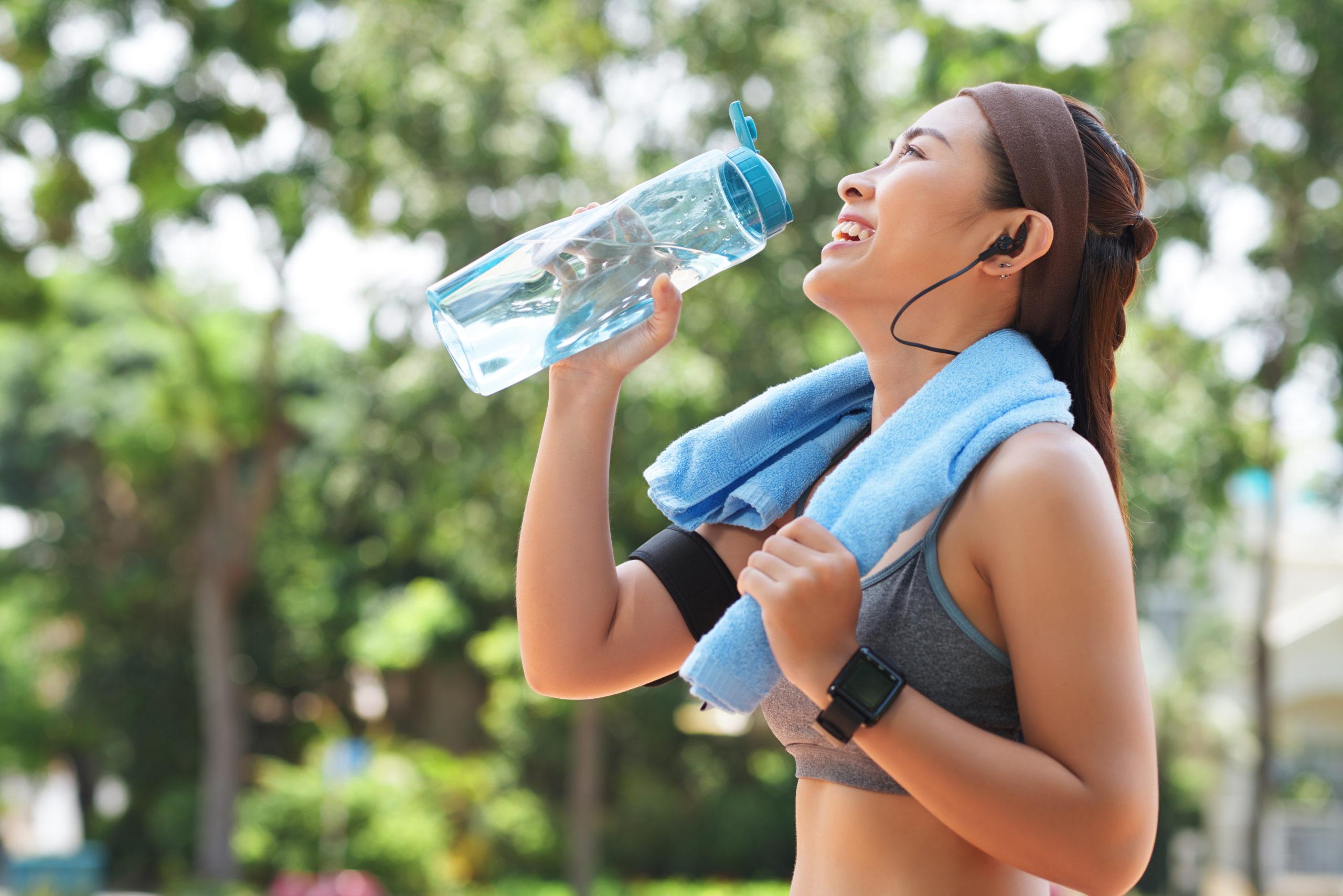 """Hidratarea în sport. Apa sau """"băuturile sportive""""?"""