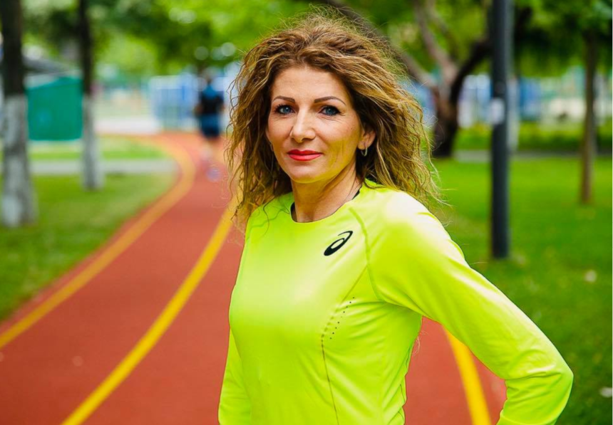 E greu să ții pasul cu ea. Constantina Diță are 50 de ani, dar scoate timpi mai buni decât mulți tineri