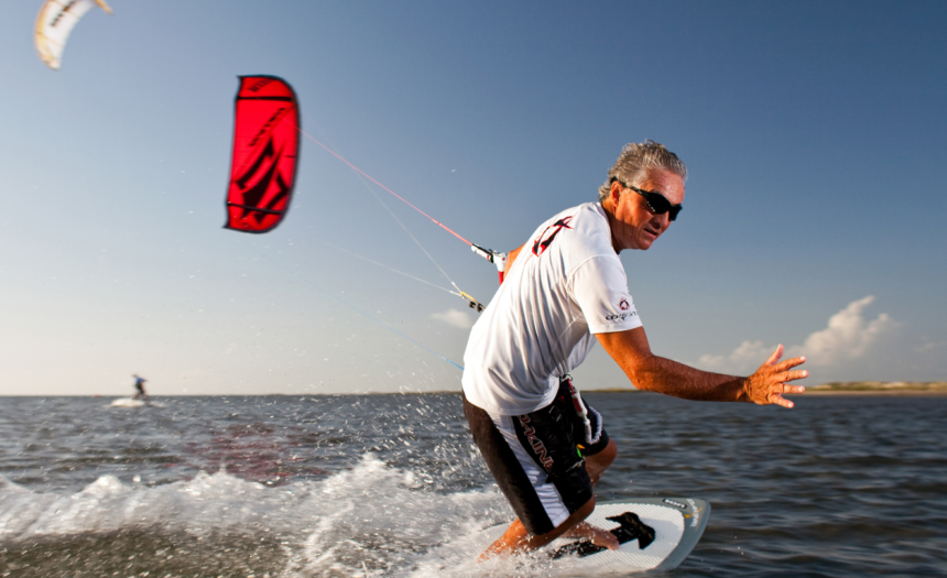 Kiteboarding, un sport care adună oamenii