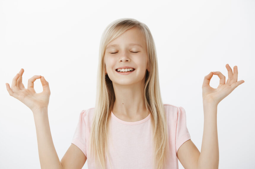 Descoperiți de ce copiii au nevoie de yoga la fel de mult ca noi
